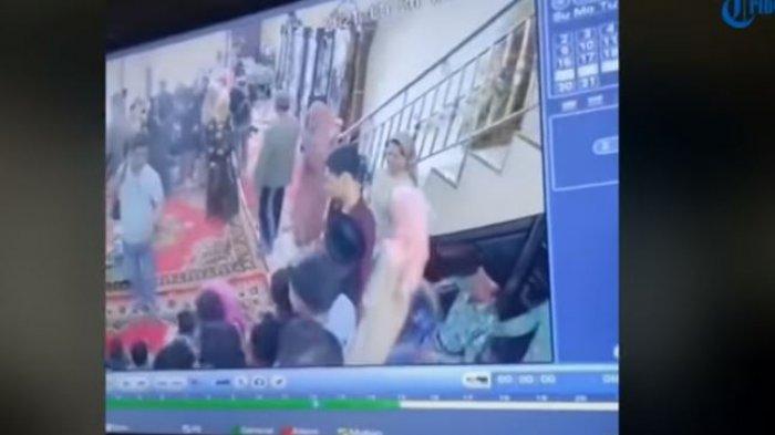 Seorang ibu berbaju kuning pelaku pencurian tampak turun dari lantai dua