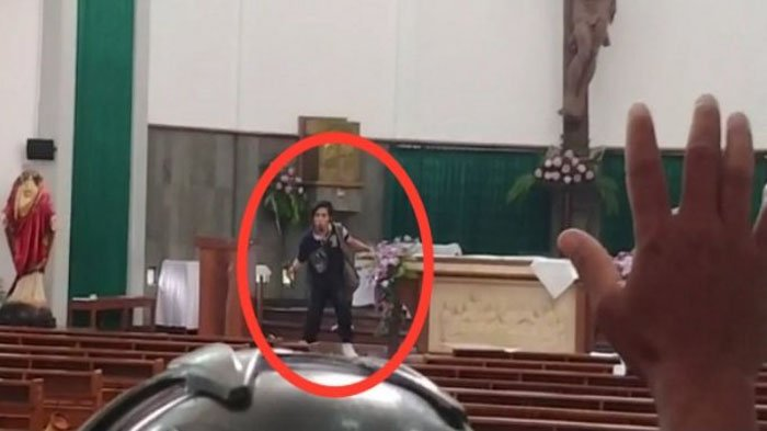 Gereja St Lidwina Sleman Diserang, Berikut Video Detik-detik Seorang Pria Mengamuk & Acungkan Pedang