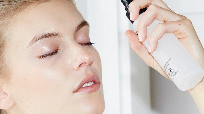 Tak Hanya Bikin Make Up Awet, Ini Nih Kegunaan Lain Setting Spray Buat Wajah Kamu