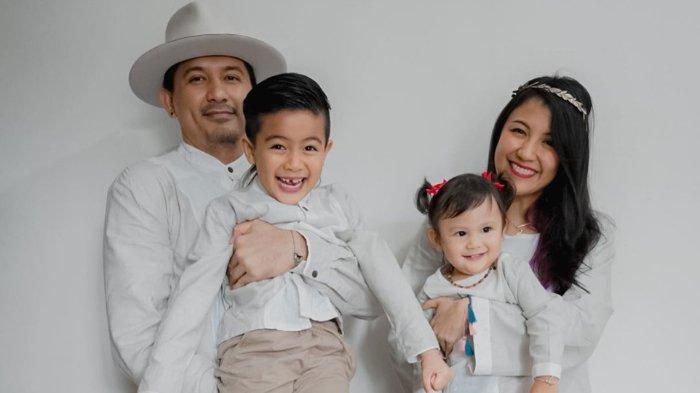 Sharena dan Ryan Delon bersama kedua anaknya