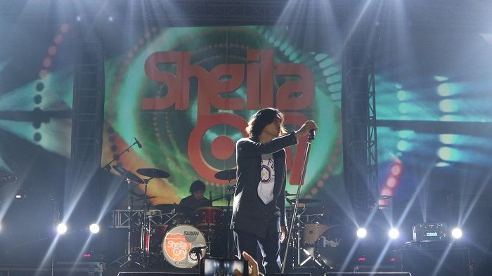 Sheila On 7 saat konser di Stadion Manahan, Solo.