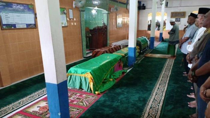Sholat jenazah terhadap korban di kawasan Mariyana Banyuasin yang merupakan penumpang bus Sriwijaya