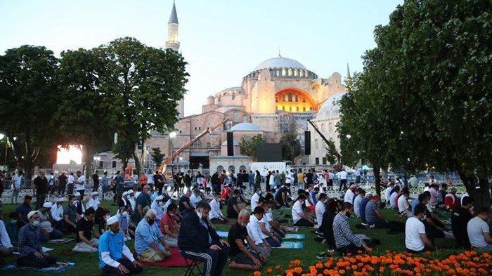 Sholat Jumat pertama di Hagia Sophia setelah 86 tahun.