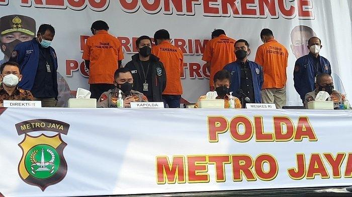 Kapolda Metro Jaya Irjen Fadil Imran (kiri) menjelaskan pengungkapan sindikat pemalsu sertifikat vaksin Covid-19 di Mapolda Metro Jaya, Semanggi, Jakarta Pusat, Jumat (3/9/2021). Penjual dan pembeli sertifikat palsu tersebut ditangkap polisi