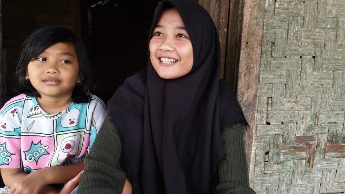 Siti Nuraida (16) dan keponakan Asiyah (8) tinggal saat ditemui di rumah reyotnya di Desa Cimanggu, Kecamatan Sumur, Kabupaten Pandeglang, Rabu (7/4/2021). Aida sejak usia tiga tahun sudah ditinggal ibundanya yang meninggal dunia dan ayahnya yang menikah lagi.