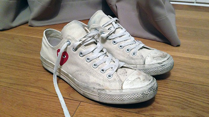 Sneakers putih kotor.