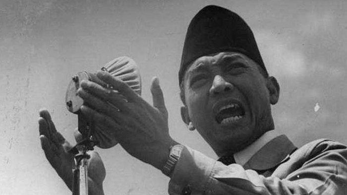 Soekarno saat berpidato di Konferensi Asia Afrika (KAA) 1955.