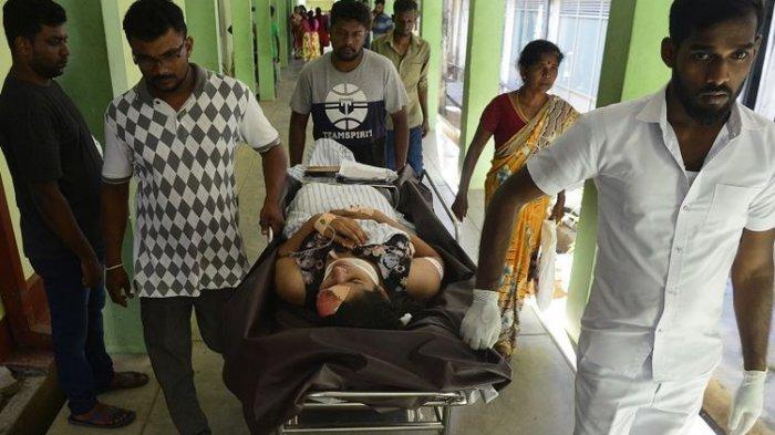Seorang perempuan yang terluka dibawa dengan tandu di sebuah rumah sakit usai ledakan bom di sebuah gereja di kota Batticaloa, Sri Lanka, Minggu (21/4/2019).  (AFP/LAKRUWAN WANNIARACHCHI )