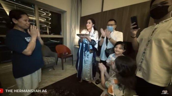 Suteng mendapat kejutan ulang tahun dari Anang dan Ashanty saat di Dubai.