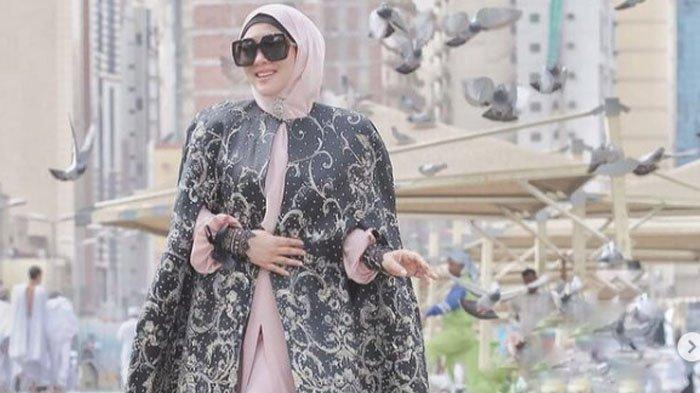 Potret Syahrini saat kenakan hijab.