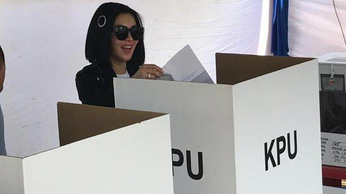 Syahrini saat akan mencoblos di TPS 125, Grogol Utara, Jakarta Barat, Rabu (17/4/2019).