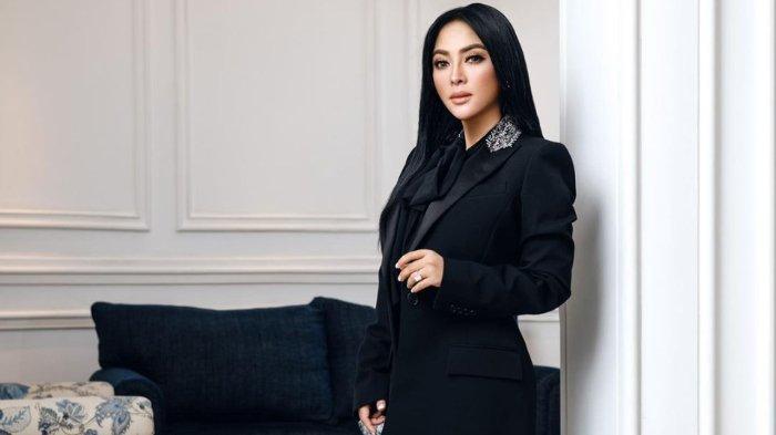 POPULER 5 Fashion Branded Syahrini Saat Jadi Model Majalah, Dress Gucci hingga Denim Louis Vuitton