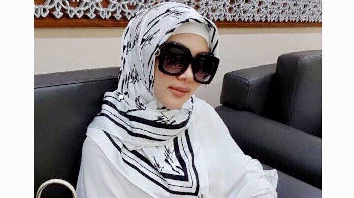 5 Motif Hijab Milik Syahrini yang Cocok untuk Lebaran bersama Keluarga