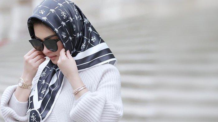 Syahrini Terlihat Cantik dengan Hijab saat Foto dengan Suaminya, Lihat Apa yang Dibawanya, Fantastis