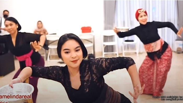 Syandria menari bersama Venna Melinda