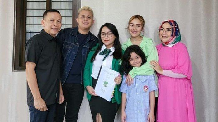 Syifa, adik dari Ayu Ting Ting lulus kuliah setelah menyelesaikan sidang skripsi.