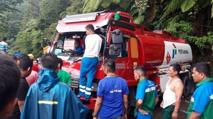 Kecelakaan lalu lintas terjadi di jalan Padang – Solok, tepatnya di Panorama I, Kelurahan Indarung, Kecamatan Lubuk Kilangan, Kota Padang, Sumatera Barat ( Sumbar), Minggu (17/6/2019).