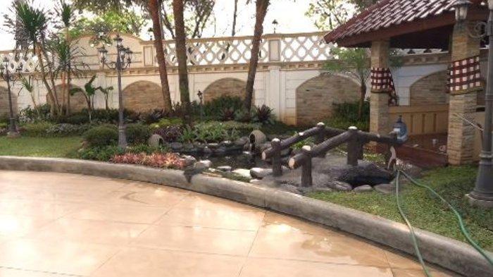 Taman dan kolam ikan di rumah Sule