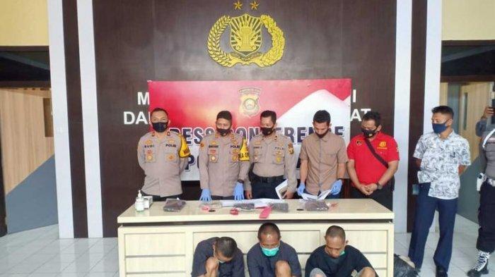 Tanhar (43), Mirzal Hadi (31) dan Fikri (23) tiga pelaku pemerkosaan yang menewaskan AM (26) saat berada di Polres Lahat, Sabtu (26/9/2020).