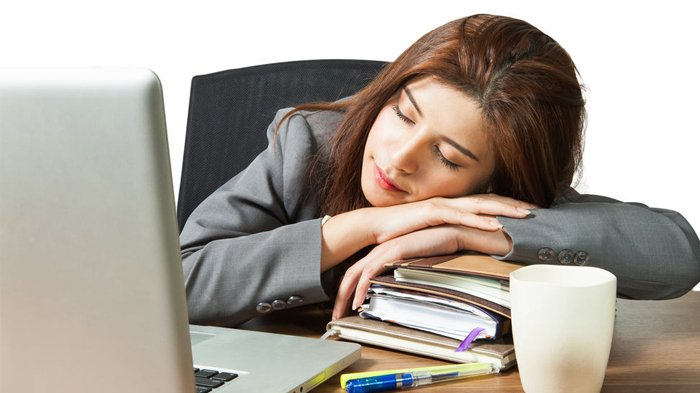 Ilustrasi tidur siang sejenak saat kerja.
