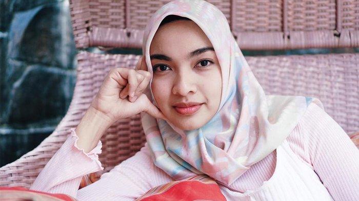 Cantiknya Tika Bravani Setelah Menggunakan Hijab, Begini Penampilannya Saat Ini, Bikin Adem!