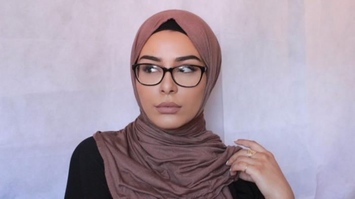 Tips Memakai Hijab - Punya Wajah Bulat dan Berkacamata? Trik Ini Bisa Bikin Kamu Tetap Stylish