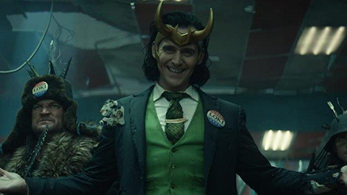 Tom Hiddleston dalam serial Loki.