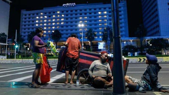 Tukang rongsokan tengah istirahat di kawasan Jalan MH Thamrin, Jakarta.