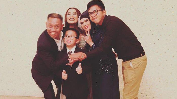 Tukul bersama ketiga anaknya dan mendiang Susiana