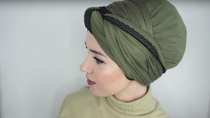 Gunakan Hijab Pashmina Kamu Untuk Model Turban yang Kece Abis, Tanpa Jarum Pentul!