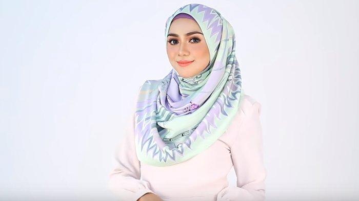 Buat Kamu yang Suka Tampil Feminin Saat Hangout, Bisa Coba Model Hijab Ini Dijamin Modis & Chic
