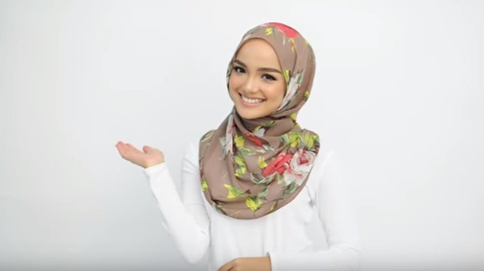 Tutorial Hijab Pashmina Dengan Gaya 2 Step Hanya 30 Detik Bisa Untuk Hangout Hingga Bekerja Tribunstyle Com