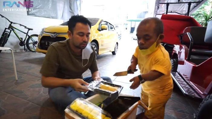 Ucok Baba bawa sekotak durian untuk Raffi Ahmad.