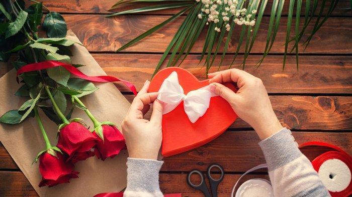 Merangkai bunga dan kado Valentine Day