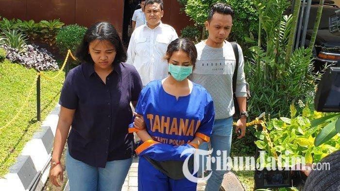 Vanessa Angel dibawa dari tahanan Dittahti menuju ke ruangan penyidik Sudit V Siber Ditreskrimsus Polda Jatim.