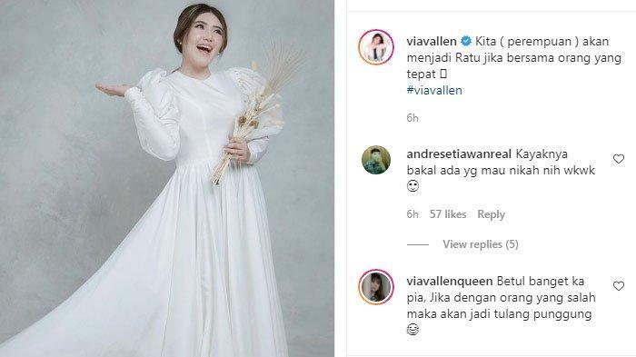 Via Vallen kenakan gaun pengantin.