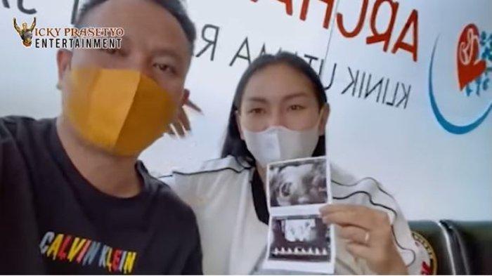 Temani Kalina Cek Kandungan, Vicky Prasetyo Terharu Dengar Detak Jantung Buah Hati: 'Alhamdulillah'