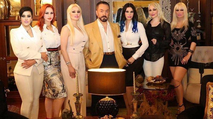 Adnan Oktar alias Harun Yahya bersama para wanitanya. (Hürriyet Daily News)