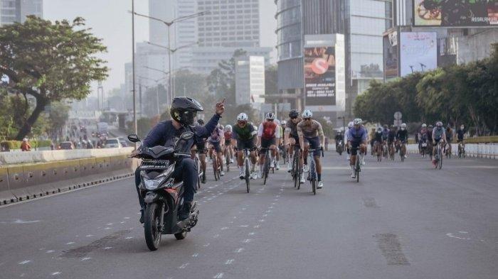 Viral pemotor acungkan jari tengah ke pesepeda yang menghalangi jalan.