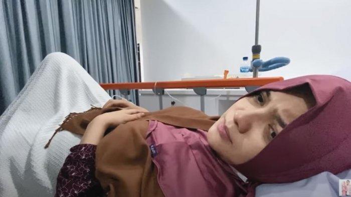 Wajah pucat Citra Kirana saat dilarikan ke rumah sakit