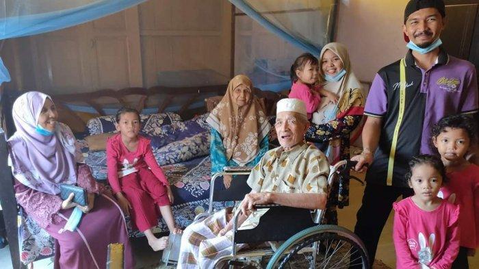 Wan Yahya dan Wan Zainun bersama anak-anaknya