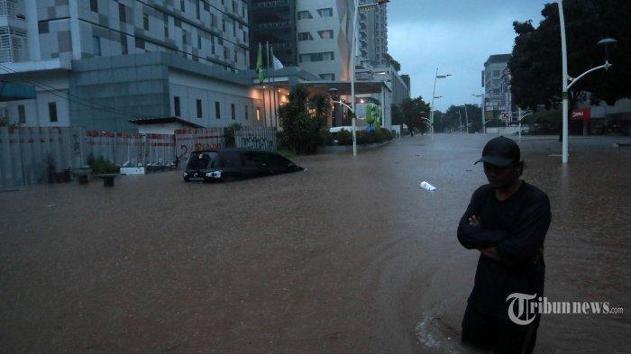 Hujan deras yang mengguyur Jabodetabek sejak Jumat (19/2/2021) malam, membuat kawasan Kemang terendam banjir hingga ketinggian 1,5 meter.
