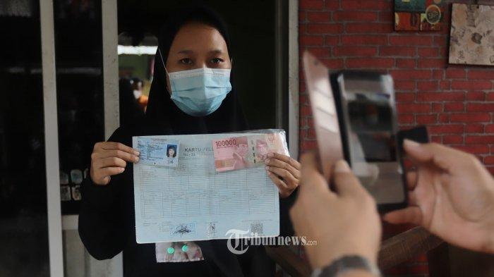 Warga penghuni Rusun Koja menerima Bantuan Sosial Tunai (BST).