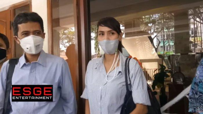 Wenny Ariani kecewa atas ketidakhadiran Rezky Aditya di sidang gugatan pengakuan anak