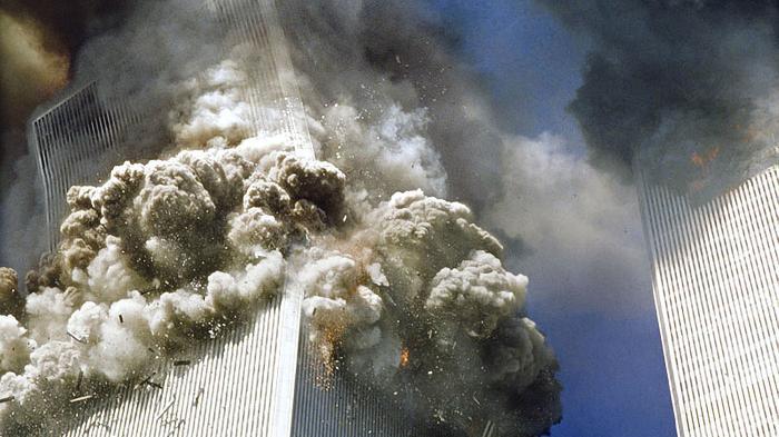 Tragedi teror 11 September 2001 di Gedung Menara Kembar WTC, New York, Amerika Serikat.