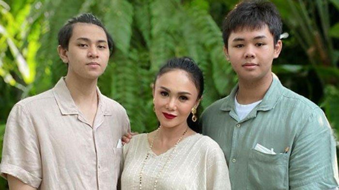 Yuni Shara membantah telah menemani anak-anaknya menonton film dewasa