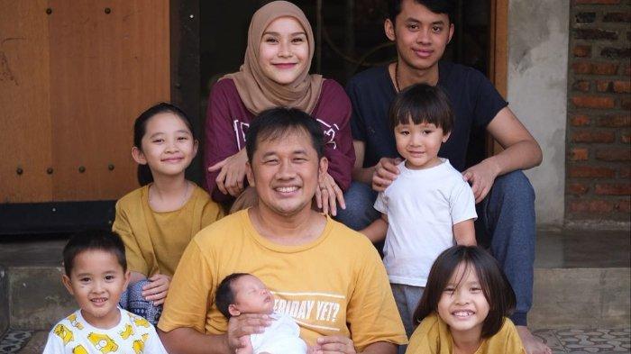Zaskia Adya Mecca dan Hanung Bramantyo, bersama anak-anaknya