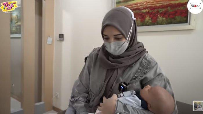 Zaskia Sungkar dan baby Ukkasya.