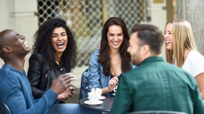 Berkumpul dengan teman (Ilustrasi)