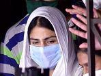 aktris-rhea-chakraborty-tengah-meninggalkan-kantor-direktorat-penegakan.jpg